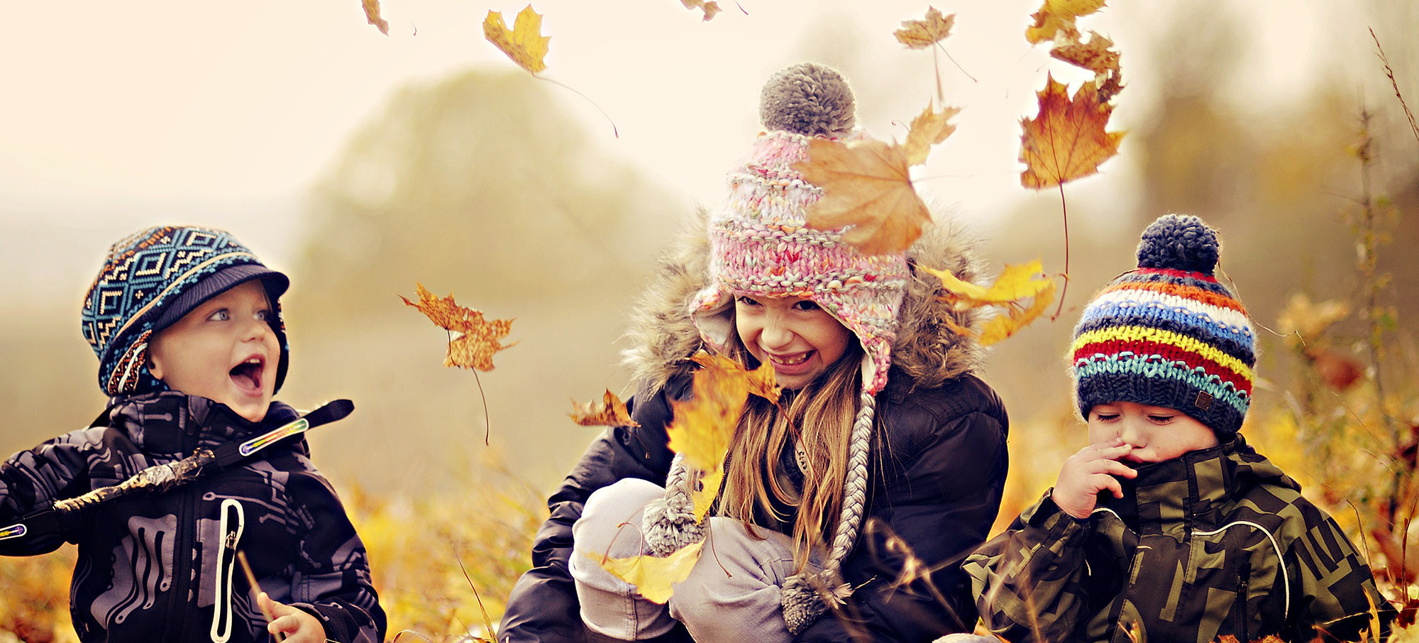 happy-kids-nature-autumn-leaves-photo-wallpaper-2000